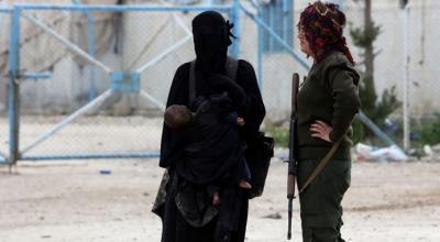 """عناصر من ميليشيا """"قسد"""" يهرّبون نساء """"داعش"""" من مخيم الهول مقابل آلاف الدولارات"""