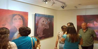 13 لوحة فنية تكرس قيم الأنوثة والأصالة في معرض الفنان عامر ضاحي علي