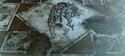 """لوحة فسيفسائية تفترش أرضية كنسية """"حيط"""" بدرعا"""