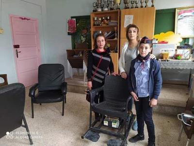 طفل يصنع كرسياً متنقلاً لصديقه من ذوي الإعاقة